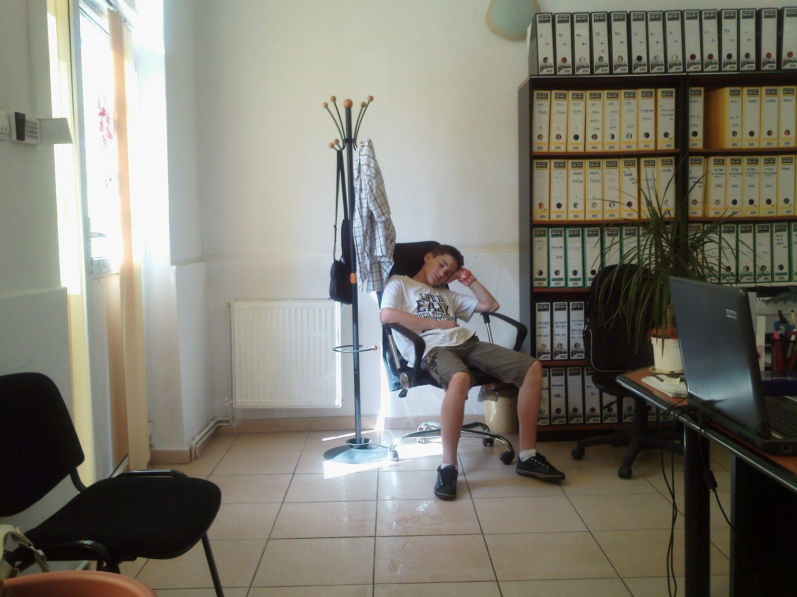 copilul asteptandu Si mama La biroul acesteia